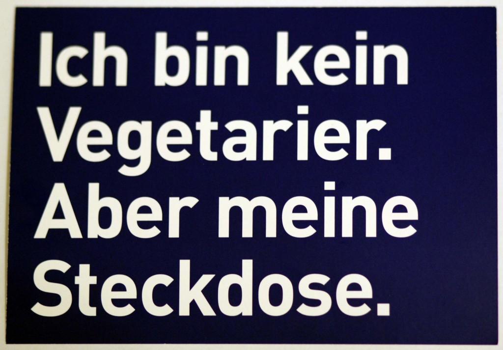 """Postkarte mit dem Slogan """"ich bin kein Vegetarier. Aber meine Steckdose."""""""