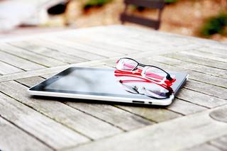 Foto eines E-Book-Readers auf einem Tisch