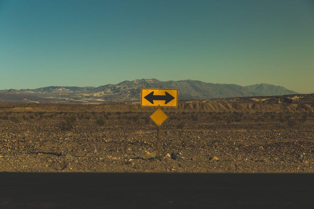 Foto eines Schilds mit Pfeilen von Pablo Garcia Saldana/unsplash.com
