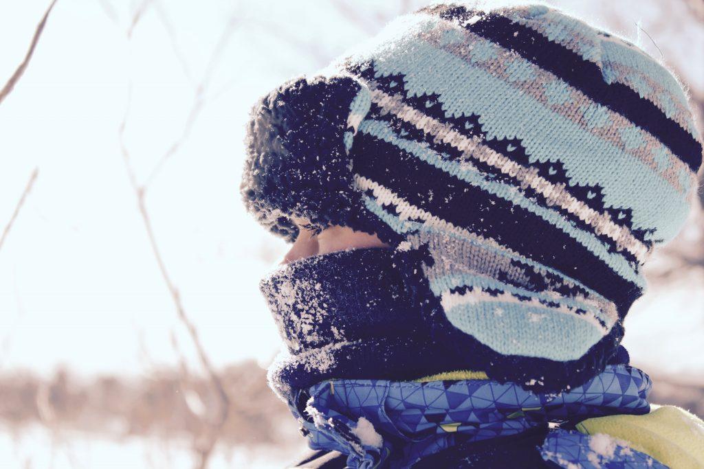 Bild eines Menschen mit Mütze und Schal von Jason Rosewell/unsplash.com