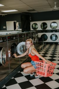 Frau im Waschsalon von Averie Woodard/unsplash.com